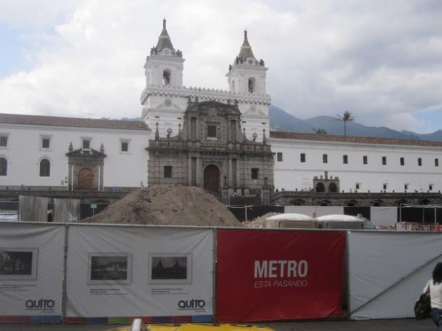 Plaza de San Francisco, donde se yergue la iglesia y el convento del mismo nombre, ocupada desde hace meses por vallas que tapan las obras del metro en Quito, paralizadas mientras se investiga el valor de vestigios arqueológicos hallados. Este conjunto monumental es el mayor de un centro histórico de América. Crédito: Mario Osava/IPS