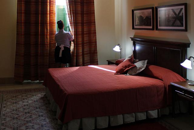 Una trabajadora acomoda una habitación que se renta para huéspedes en una casa en la occidental ciudad de Matanzas, en Cuba. Muchas mujeres profesionales encuentran en el servicio doméstico ingresos muy superiores a los que obtendrían como empleadas en el sector estatal. Crédito: Jorge Luis Baños/IPS