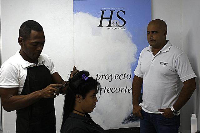 Gilberto Valladares, a la derecha, líder del proyecto comunitario Arte Corte, que funciona en la Habana Vieja y es fruto de una alianza entre los sectores estatal y privado, organizaciones no gubernamentales y la cooperación internacional. Crédito: Jorge Luis Baños/IPS