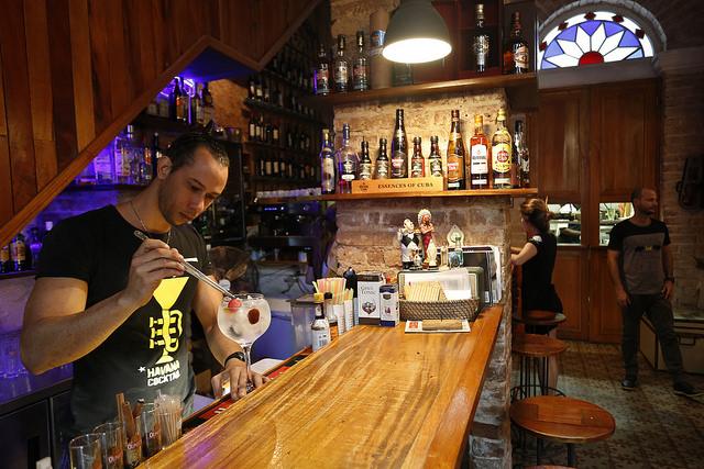 Interior del Café de los Artistas, uno de los emprendimientos privados que participa en el  desarrollo comunitario del barrio del Santo Ángel y en el  proyecto Arte Corte, una iniciativa única en Cuba. Crédito: Jorge Luis Baños/IPS