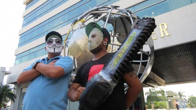 Activistas contra la minería metálica en El Salvador participan, en septiembre del 2014, en una concentración en las afueras de la Torre Futura, que alberga las oficinas del Banco Mundial en San Salvador, en demanda de que el Ciadi rechazase la demanda de OceanaGold contra el país, lo sucedió en octubre. Crédito: Alfredo Carías/IPS