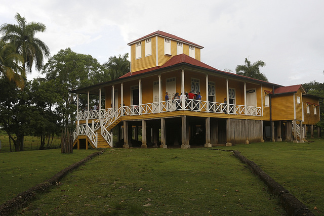 Vista exterior  de la casa natal de Fidel Castro, convertida en Museo de la familia Castro Ruz, en la oriental localidad de Biran, en Cuba. Crédito: Jorge Luis Baños/IPS