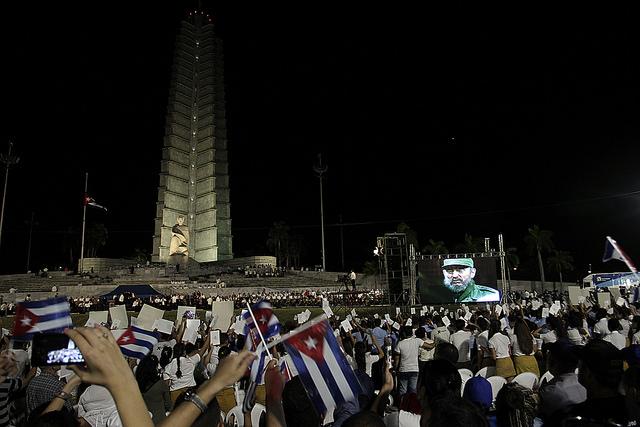 Cientos de miles de cubanos participaron la noche del martes 29, en la Plaza de la Revolución de La Habana, en el gran acto oficial de las honras fúnebres a Fidel Castro, en cuyo homenaje participaron gobernantes de países de todos los continentes. Crédito: Jorge Luis Baños