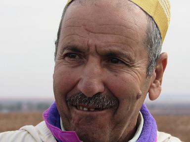 El agricultor marroquí Ahmed Jiat tuvo varios problemas por la sequía, pero pudo beneficiarse de un programa de siembra directa que promueve la resiliencia al cambio climático. Crédito: Fabiola Ortiz/IPS.