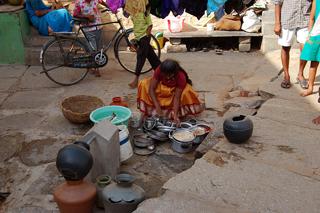 Una mujer lava en un tanque de agua público en un asentamiento precario de Bangalore, capital del estado indio de Karnataka. Crédito: Malini Shankar/IPS.