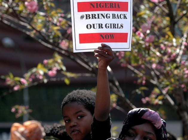 Cientos de personas se reunieron en Nueva York en mayo de 2014 para reclamar la liberación de las 230 colegialas secuestradas por Boko Haram en Nigeria. En 2016, solo se recuperaron 23, la mayoría permanece en cautiverio. Crédito: Michael Fleshman/cc by 2.0