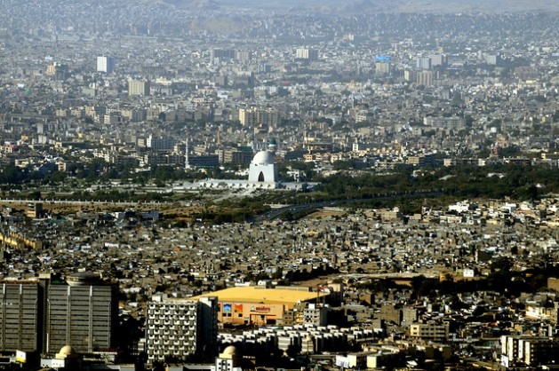 Asentamientos precarios en la ciudad portuaria de Karachi, en el sur de Pakistán, interfieren con la planificación urbana. Crédito: Muhammad Arshad/IPS.