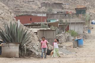 Niños caminan en un asentamiento precario de Perú. Cortesía del diario La República/IPS,