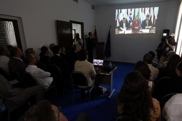 Representantes de medios informativos acreditados en Cuba siguen en la sede de la Delegación de la Unión Europea en La Habana, la firma del acuerdo entre ese bloque y Cuba, el 12 de diciembre, en Bruselas. Crédito: Jorge Luis Baños /IPS