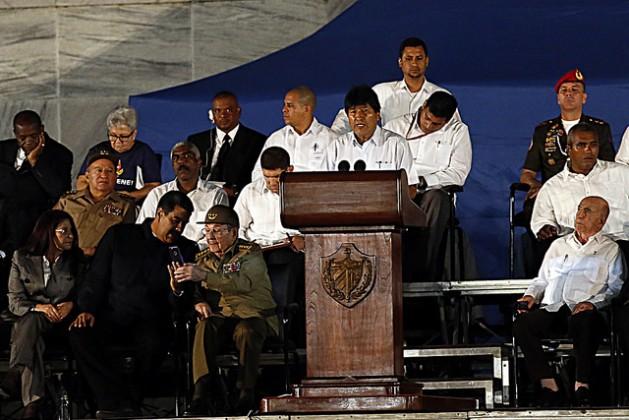 El presidente boliviano Evo Morales pronuncia un discurso durante el homenaje a Fidel Castro, el 29 de noviembre, en la Plaza de la Revolución de La Habana, en que participaron ocho mandatarios latinoamericanos, y que formó parte de las honras fúnebres al líder fallecido cuatro días antes. Crédito: Jorge Luis Baños/IPS