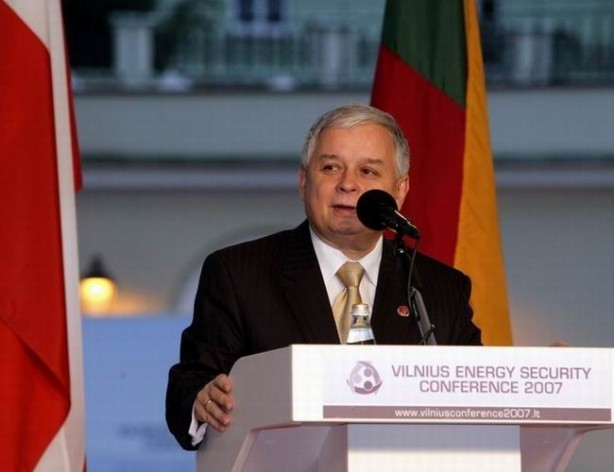 El expresidente Lech Kaczyński en una conferencia sobre energía, tres años antes de su muerte. Crédito: Archivo de la Cancillería de la Presidencia de Polonia / Licencia GNU