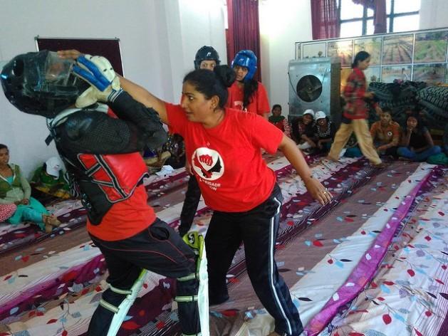 El colectivo femenino Brigada Roja enseña técnicas de defensa personal a mujeres y persigue a los responsables de agresiones sexuales. Crédito: Neeta Lal/IPS