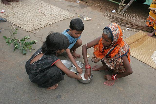 Una semana después de que el agua arrasara con su casa, esta familia de Odisha sigue viviendo en la calle. El padre tuvo que irse a trabajar al vecino estado de Andhra Pradesh. Crédito: Manipadma Jena / IPS