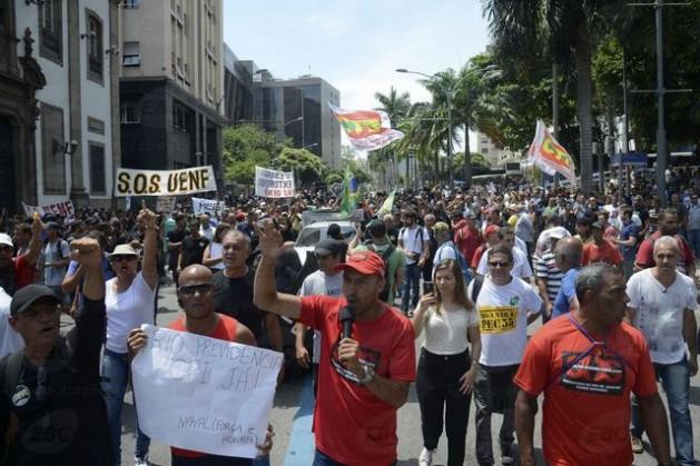 El proyecto de reforma del sistema de previsión social en Brasil, que supone alargar la edad de jubilación e incrementar los años cotizados por os trabajadores, ya desencadenó protestas en diferentes ciudades, que se descuenta que se volverán más candentes durante su discusión legislativa. Crédito: Agência Brasil