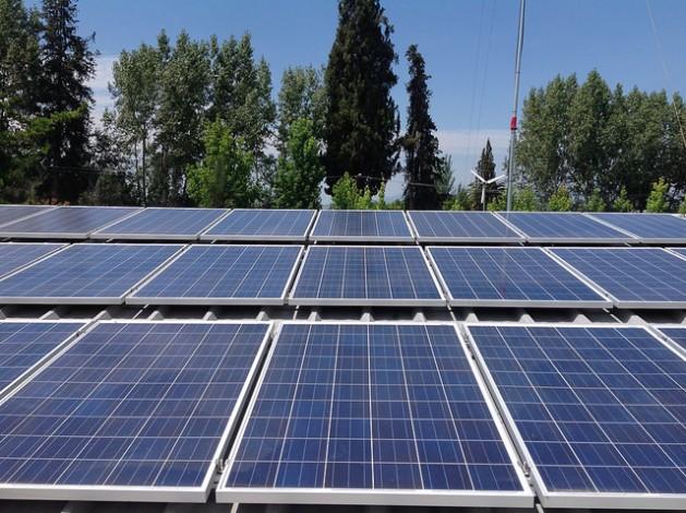 Parte de los paneles de la Central Solar Buin 1, la primera financiada en Chile con acciones vendidas a la ciudadanía, está lista para generar desde ahora 10 megavatios, de los cuales 75 por ciento se dedicarán al autoconsumo y el resto se inyectarán a la red de distribución nacional. Crédito: Orlando Milesi/IPS
