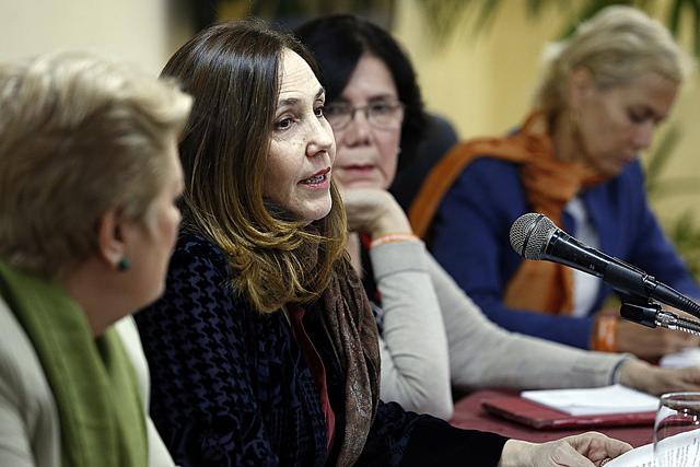 Mariela Castro Espín, segunda por la izquierda, directora del Centro Nacional de Educación Sexual (Cenesex), mientras presidía el segundo Simposio Internacional Violencia de Género, Prostitución, Turismo Sexual y Trata de Personas, realizado en la capital de Cuba. Crédito: Jorge Luis Baños/IPS
