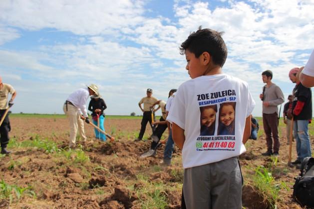 Con 8 años, Juan de Dios Torres participa junto con su madre en la brigada de búsqueda de desaparecidos en el noroccidental estado de Sinaloa. Su hermana, Zoe Zuleica, desapareció con cinco años en la periferia de la nororiental ciudad de San Luis de Potosí, en diciembre de 2015. Crédito: Marcos Vizcarra/IPS