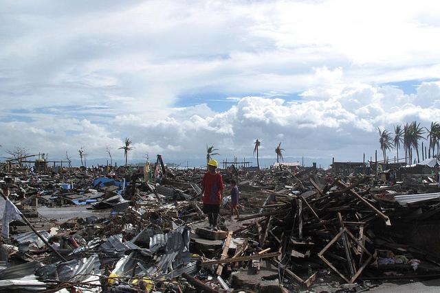 Un hombre en medio de la destrucción que dejó a su paso el tifón Haiyan en la ciudad filipina de Tacloban. Crédito: Henry Donati / Departamento para el Desarrollo Internacional
