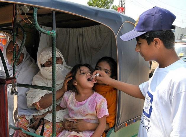 Una niña recibe la vacuna oral contra la poliomielitis en la ciudad de Peshawar, en Pakistán. Crédito: Ashfaq Yusufzai/IPS.