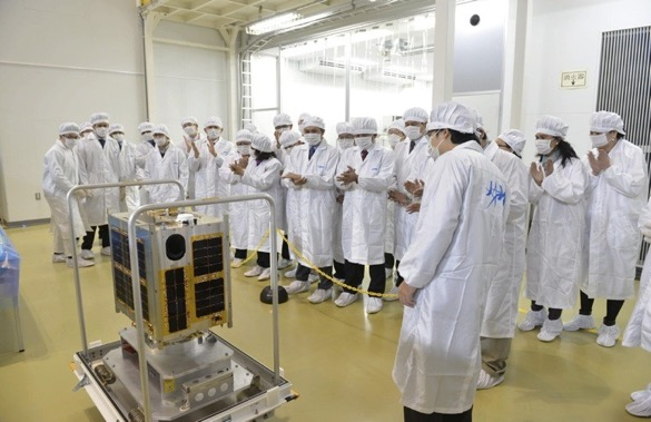 Científicos filipinos y japoneses observan el satélite Diwata-1. Crédito: Programa Filipino de Microsatélites