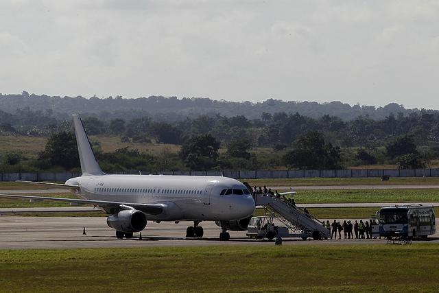Pasajeros abordan una aeronave con destino al exterior en el Aeropuerto Internacional  José Martí, en La Habana, Cuba.  Crédito: Jorge Luis Baños /IPS