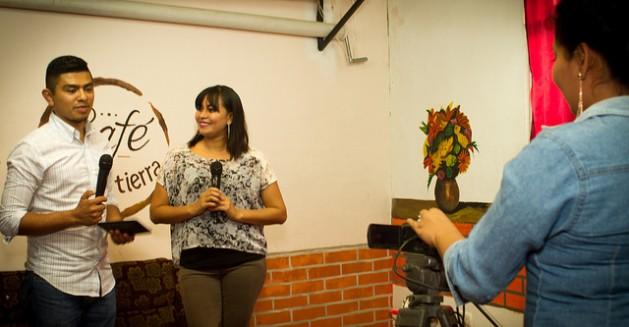 Sandra Juárez, con el micrófono, ensaya junto a dos colegas de Izcanal Radio y Televisión la grabación de un programa. La estación es la única comunitaria de El Salvador y solo visible por suscripción, pero eso podría cambiar con la llegada al país en 2018 del sistema digital. Crédito: Edgardo Ayala/IPS