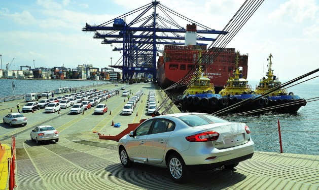 Vehículos brasileños son embarcados para su exportación. La pérdida de valor y de empleos en la otrora poderoso industria metalúrgica y mecánica ha sido una de las causas de la desafección de importantes sectores de trabajadores por la política y, en particular, por la izquierda. Crédito: APPA