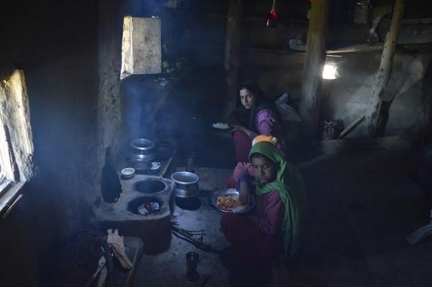 Las mujeres y los niños son las principales víctimas de la contaminación del aire interior de las casas en las zonas rurales pobres de India. Crédito: Athar Parvaiz / IPS