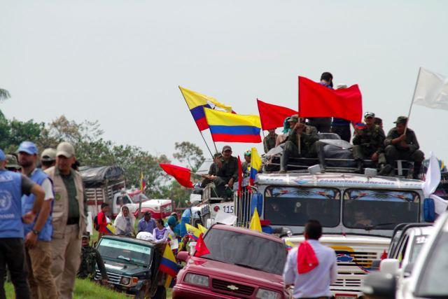 """Un grupo de los ahora 7.000 excombatientes de las FARC se trasladan a una de las 26 """"zonas veredales"""", donde en febrero se instalaron en áreas rurales los campamentos de transición a la vida civil. Crédito: Nelson Cárdenas/SIG"""
