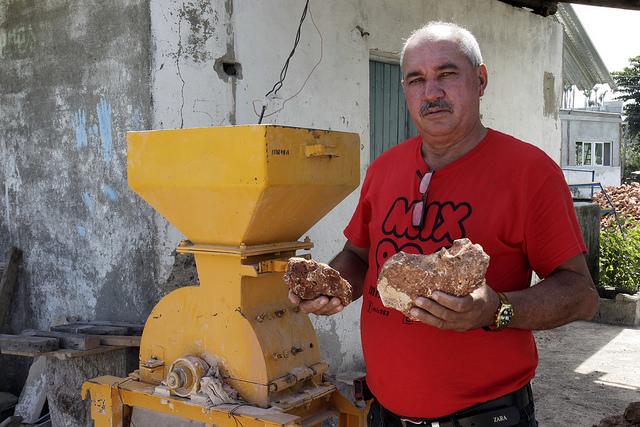 Rodolfo Frómeta, responsable de la empresa local que aglutina 12 pequeñas fábricas locales de áridos y bloques, junto a un molino de piedras, en las inmediaciones de la ciudad de Baracoa, en el oriente de Cuba. Crédito: Jorge Luis Baños/IPS