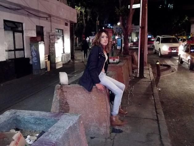Deborah Martínez, mujer transgénero, trabajadora sexual y ocasional peluquera, en una calle del oeste de Ciudad de México. La población trans sufre en México la falta de acceso a su identidad, salvo en la capital, entre otras discriminaciones y violencias. Crédito: Emilio Godoy/IPS