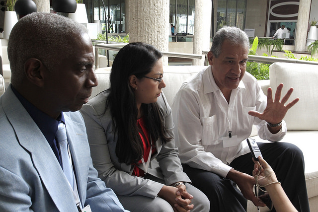 Otto G. Noack, director ejecutivo de la Comisión Centroamericana de Transporte Marítimo, primero a la derecha, mientras declara a IPS en la Primera Conferencia de la Asociación de Estados del Caribe, realizada en La Habana. Crédito: Jorge Luis Baños/IPS