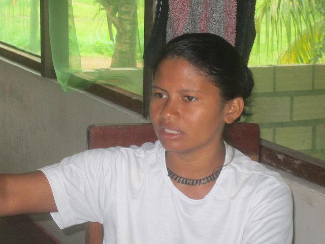 Bel Juruna, una lideresa de la aldea Miratu, del pueblo juruna, en la Volta Grande del Xingu. Una joven de 25 años que impresiona por su fuerte discurso en defensa de los derechos indígenas , contra la central hidroeléctrica Belo Monte y los órganos estatales ineficientes, en este territorio de la Amazonia brasileña. Crédito: Mario Osava/IPS