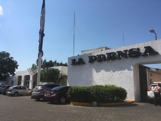 Fachada de La Prensa, el más antiguo periódico de Nicaragua y el principal medio crítico con el gobierno de Daniel Ortega, lo que le ha supuesto consecuencias económicas negativas, al igual que a otros medios opositores. Crédito: José Adán Silva/IPS