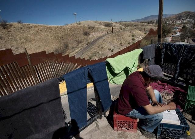 Numerosas cruces recuerdan los muertos al tratar de atravesar el muro entre México y Estados Unidos. Crédito: Hans Maximo Musielik/Amnistía Internacional