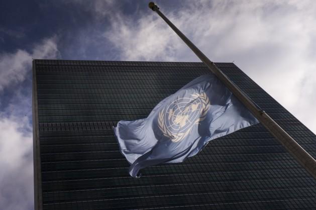 La bandera de la ONU flamea a media asta en señal de luto en la sede de Nueva York. Crédito: Mark Garten/UN Photo.