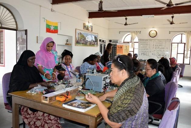 La ingeniera Magan Kawar (de rosado), quien apenas terminó tercero de primaria, enseña a sus estudiantes de distintos países del mundo todo sobre la tecnología solar; ya capacitó a 900 mujeres de más de 20 países. Crédito: Stella Paul/IPS.