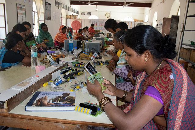 Amarmani Oraon es una indígena analfabeta de la atribulada zona de Chhattisgarh, en India, que aprende a ensamblar el circuito para una linterna solar. Crédito: Stella Paul/IPS.