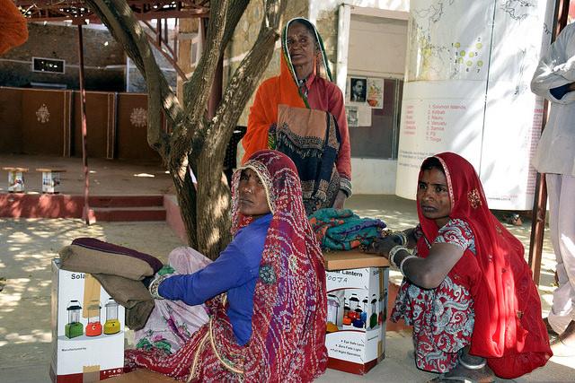 Las mujeres de aldeas rurales en India usan linternas solares fabricadas por mamás solares formadas en la Universidad Pies Descalzos de Tilonia. Crédito: Stella Paul/IPS.