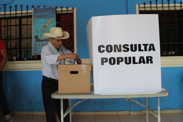 Un ciudadano de Cinquera vota en la consulta popular del 26 de febrero. Crédito: Aruna Dutt/IPS.