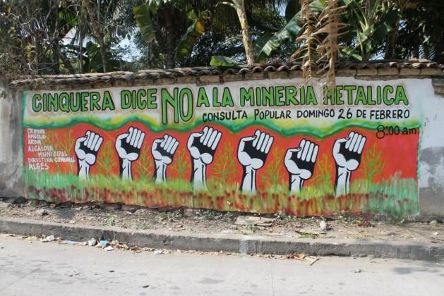 Un mural en Cinquera, en el departamento de Cabañas, en El Salvador, durante la campaña para la consulta popular del 26 de febrero de 2017. Crédito: Aruna Dutt/IPS.