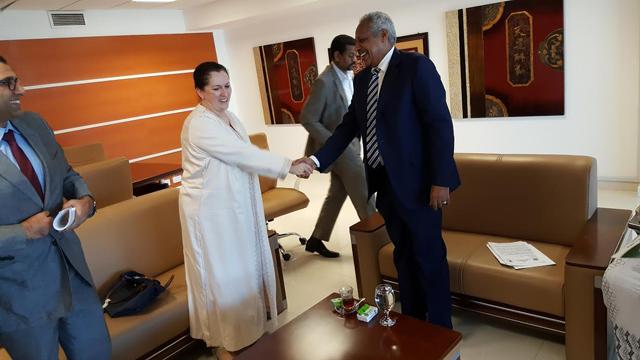 La funcionaria de FIDA, Jalida Bouzar, saluda al ministro de Planificación Económica y Finanzas de Sudán, Badr Al Din Mahmoud Abbas. Crédito: IFAD.