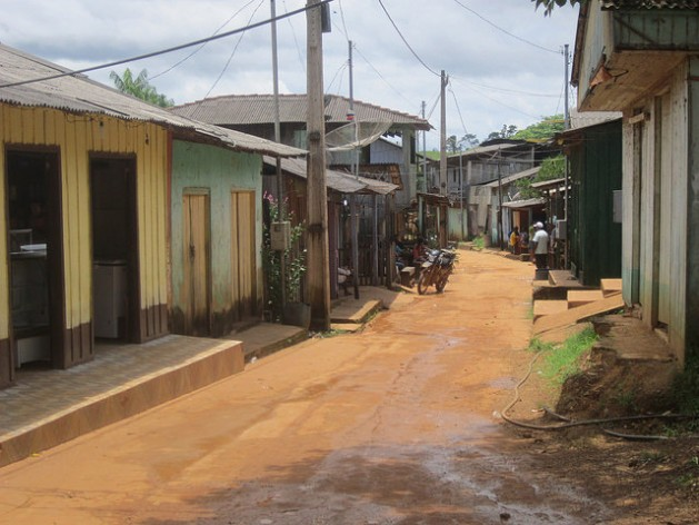 Calle central de Ressaca, el pueblo de garimpeiros (mineros artesanales de oro), en el margen derecho del río Xingu, en la Volta Grande, donde un proyecto de minería industrial a gran escala, impulsado por la empresa canadiense Belo Sun, preocupa a los pobladores de esta localidad amazónica de Brasil. Crédito: Mario Osava/IPS