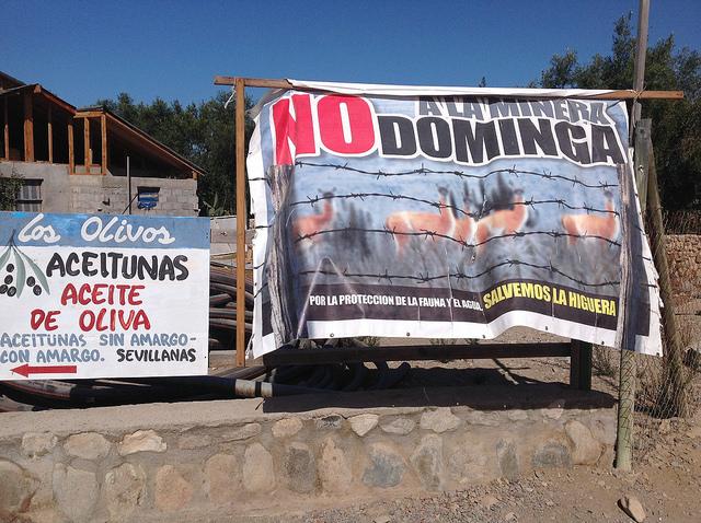 Los carteles contra la mina de hierro Dominga se prodigan en Punta de Choros, donde los pescadores exhiben las crecientes capturas, reservas naturales cruciales para la biodiversidad del planeta y la presencia de grandes cetáceos, para rechazar el proyecto extractivo en la localidad, en el norte de Chile. Crédito: Orlando Milesi/IPS