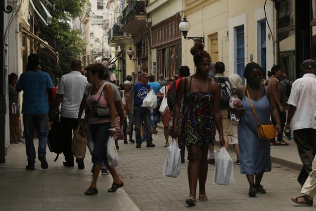 Entre la población cubana, como la que transita por una céntrica calle del Vedado, en La Habana, hay desconocimiento y falta de debate sobre el mantenimiento en la legislación del país de la pena de muerte. Crédito: Jorge Luis Baños/IPS