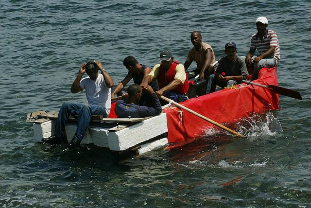 Siete hombres tratan de salir de Cuba en forma ilegal en una balsa durante 2009, desde un área del malecón de La Habana, cercana a la entonces Oficina de intereses de Estados Unidos y desde 2015 sede de la embajada de ese país. Crédito: Jorge Luis Baños/IPS