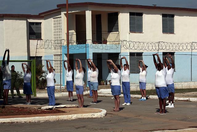 Un grupo de presas se ejercitan dentro del Establecimiento Penitenciario de Mujeres del Guatao, durante una visita de la prensa acreditada en La Habana, en la capital de Cuba. Crédito: Jorge Luis Baños/IPS