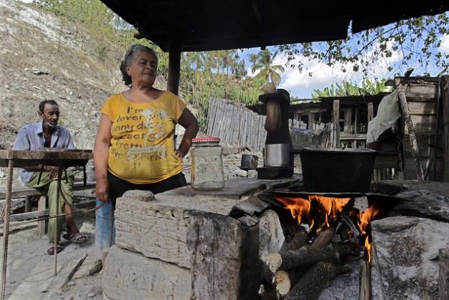 Isabel Laurencio y Dagoberto Herrera junto a su fogón a leña construido en el patio de su casa en la comunidad Blanquizal de la Güira, en el municipio de Yateras, dentro de la oriental provincia de Guantánamo, en Cuba. Crédito: Jorge Luis Baños/IPS