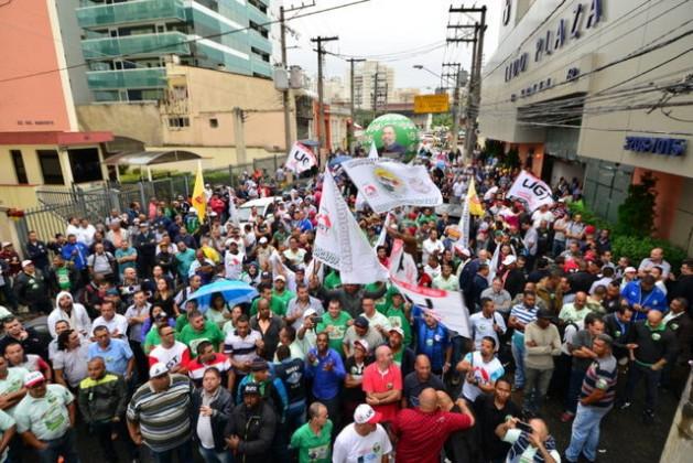 Conductores de autobuses durante una asamblea el miércoles 26 de abril para adherir a la huelga general convocada por nueve centrales sindicales para el viernes 28 en todo Brasil. El sector de transportes acordó paralizar autobuses, metros, aviones, trenes y puertos. Crédito: UGT