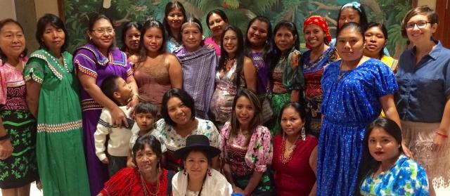 Mujeres indígenas de Panamá redactan planes de acción para garantizar la seguridad alimentaria. Crédito: FAO.